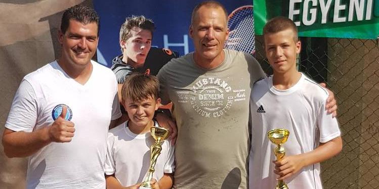 Az U12-es párostorna győztesei, s edzőik - jobbról ifj. Varga Ákos, s edző-édesapja